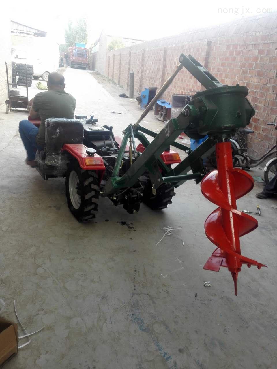 四轮配套挖坑机